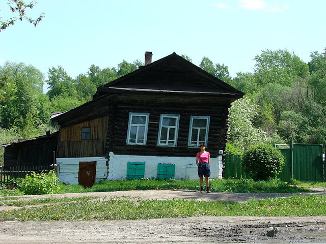 800px-Traditional_Wooden_House_Leans_in_Permafrost_-_Tomsk_-_Siberia_-_Russia