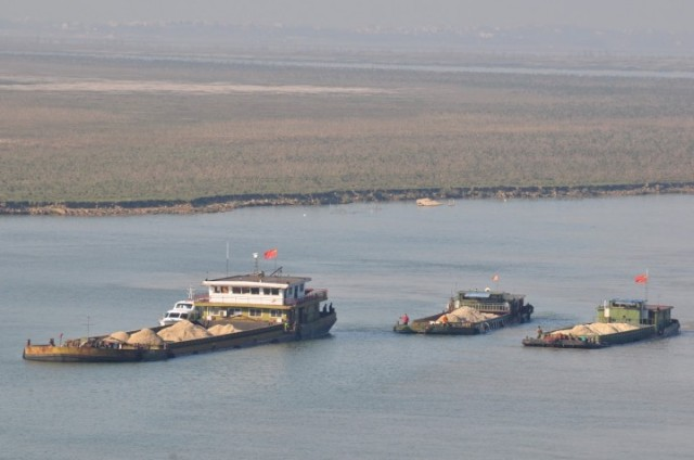 full_barges2_going_north_ganriver_poyang-720x478