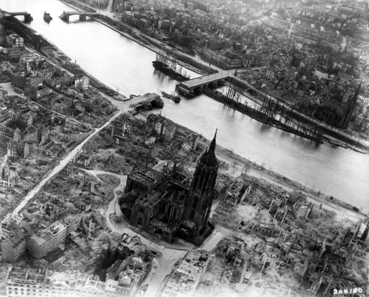 Frankfurt_Am_Main-Altstadt-Zerstoerung-Luftbild_1944.jpg